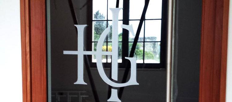 BMJ-publicité décoration en vinyle dépoli sur une porte vitrée
